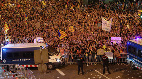 700k protest Spain's referendum crackdown in Barcelona – local police (PHOTO, VIDEO)