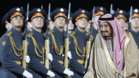 Saudi Arabia's King Salman walks past Russian honour guards during a welcoming ceremony upon his arrival at Vnukovo airport outside Moscow, Russia October 4, 2017 © Sergei Karpukhin