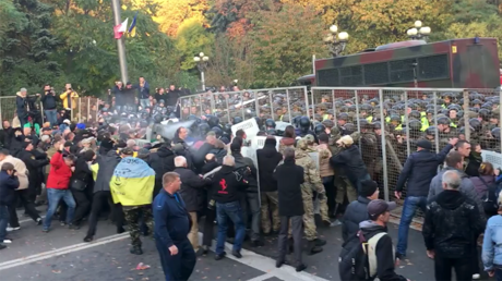 Police clash with protesters camped outside Ukrainian parliament (VIDEOS)