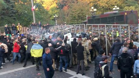 Saakashvili freed by supporters from police van in Kiev, calls to oust President Poroshenko