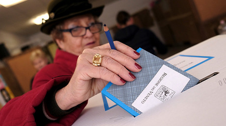 A woman casts her vote for Veneto's autonomy referendum at a polling station in Venice, Italy, October 22, 2017 © Manuel Silvestri