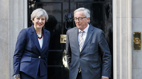 Prime Minister Theresa May welcomes Head of the European Commission, President Jean-Claude Juncker No10 Downing Street in London on 26 April 2017. © Tolga Akmen/ Global Look Press