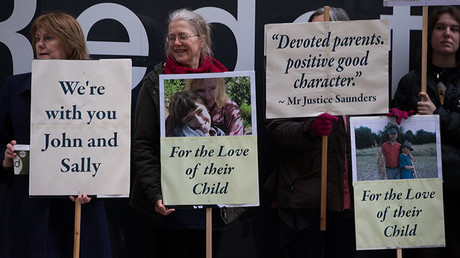 Supporters of John Letts and Sally Lane, parents of Jack Letts who is believed to have left the UK to join Islamic State (IS), hold banners outside the Old Bailey in central London on January 12, 2017. © Daniel Leal-Olivas
