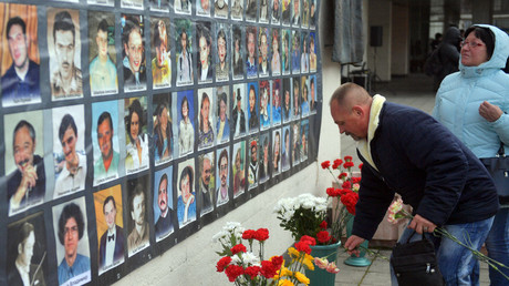 People lay flowers at the memorial to those killed in the 2002 Dubrovka Theater hostage crisis © Eugene Odinokov