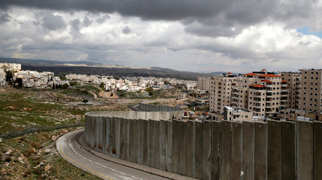 Israeli barrier running between the East Jerusalem refugee camp of Shuafat (R) and Pisgat Zeev © Ammar Awad