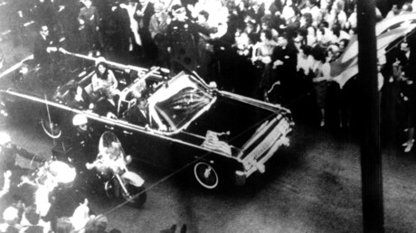US President John F. Kennedy's motorcade shortly before his assassination in Dallas. © AFP