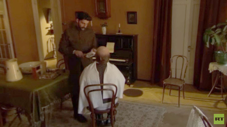 #1917LIVE: Stalin shaves Lenin's beard, plays piano in panoramic video