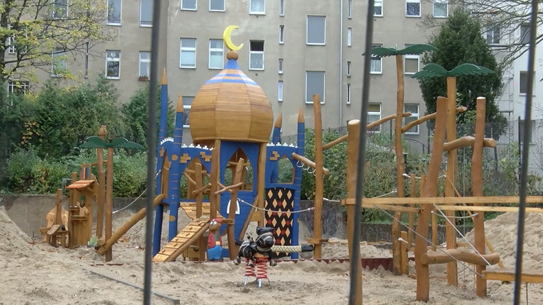 Islamic or oriental? Berlin playground topped with crescent moon sparks controversy (VIDEO)