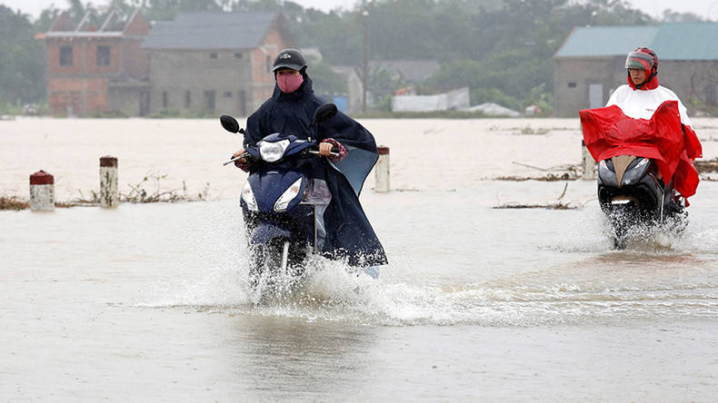 Dozens dead & 80,000 houses damaged as typhoon hits Vietnam ahead of intl APEC summit (PHOTOS)