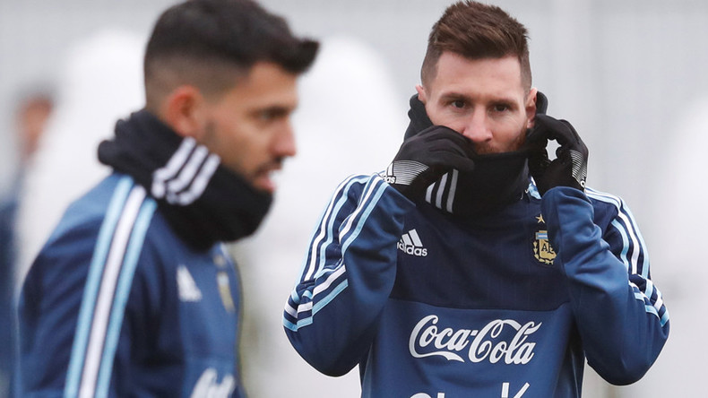 Messi mistakes fellow Argentine player for fan in embarrassing photo fail