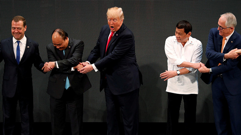 Trump's all fingers & thumbs: US leader confused by ASEAN group handshake aimed at showing unity