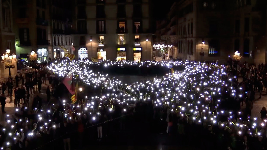 Barcelona square lit up as hundreds demand freedom for jailed Catalan politicians (VIDEO)
