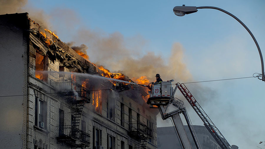 Flame-engulfed apt building in Manhattan may collapse at any moment (VIDEO)