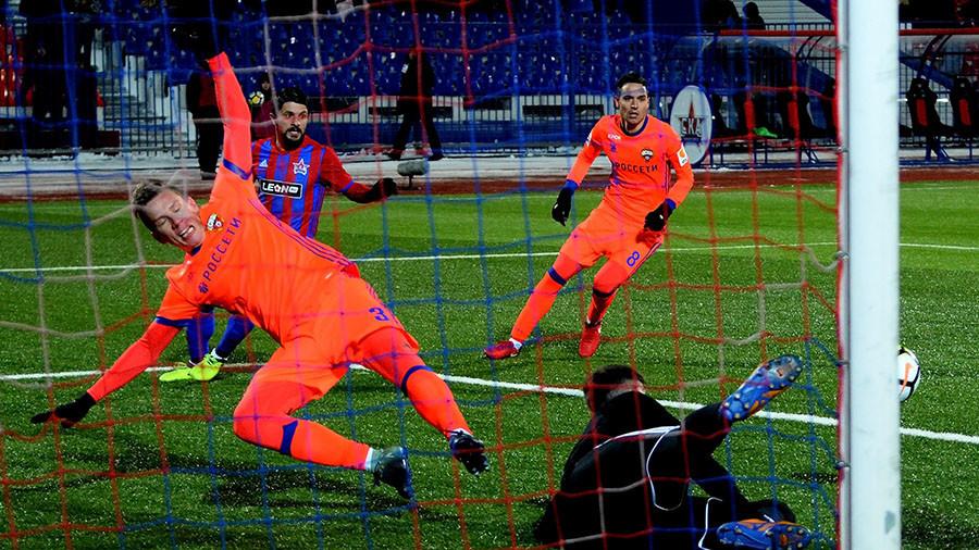 Russian football: Match in -20C, two players break legs