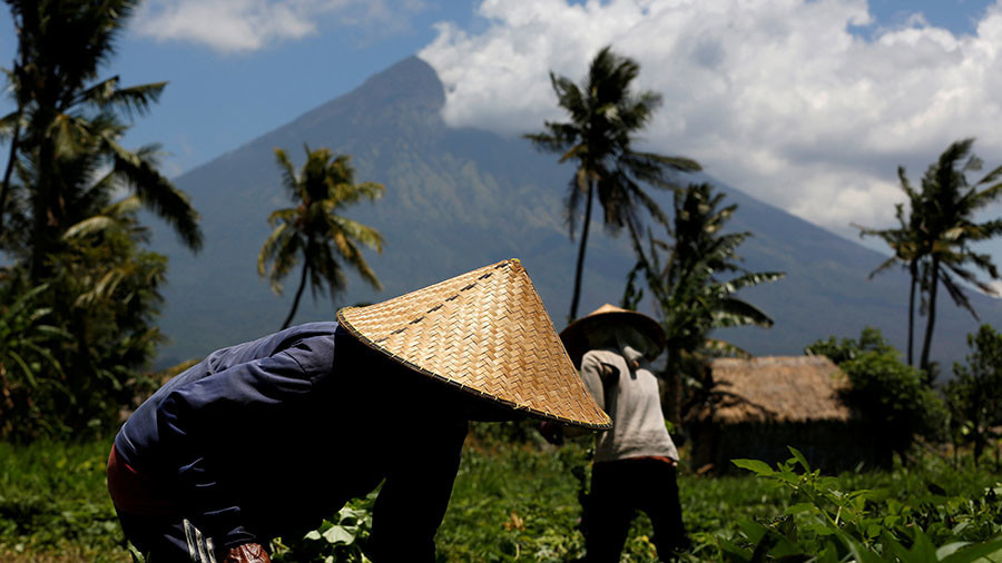 Volcano erupts on Indonesian resort island amid mass evacuations (VIDEOS)