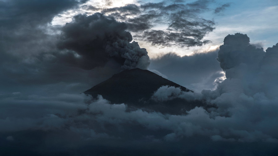 Bali volcano: Jetstar and Qantas cancel flights as Mt Agung erupts again