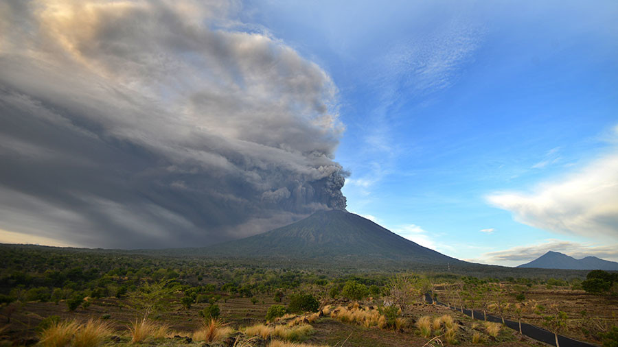 bali issues red alert fearing larger eruption of mount agung volcano