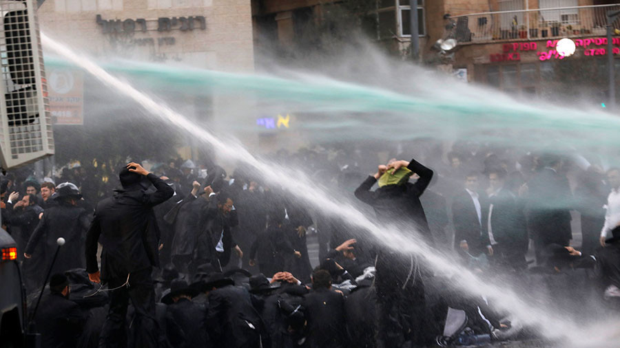 Ultra-Orthodox Jewish protesters dispersed by mounted police & skunk cannons in Jerusalem (VIDEOS)