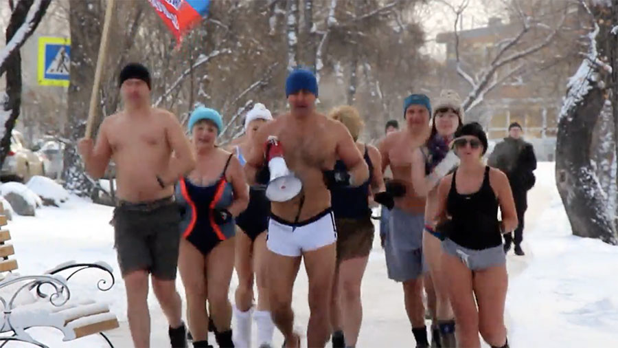 Ice Runners: Russians in swimsuits go jogging in -24C (VIDEO)