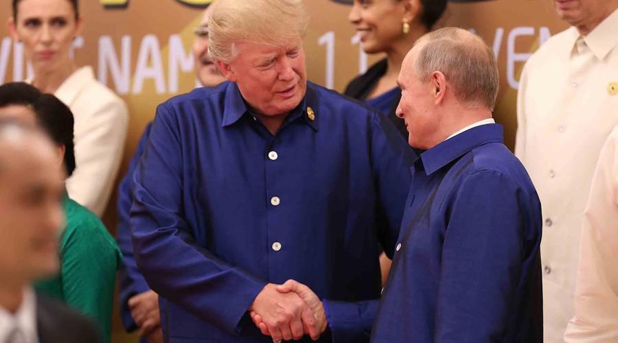 Anticipated Putin-Trump meeting realized with handshake in Vietnamese attire (VIDEO)
