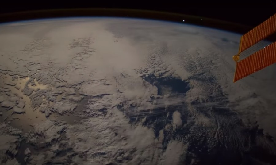 Fireball hurtling past Earth caught on camera (VIDEO)