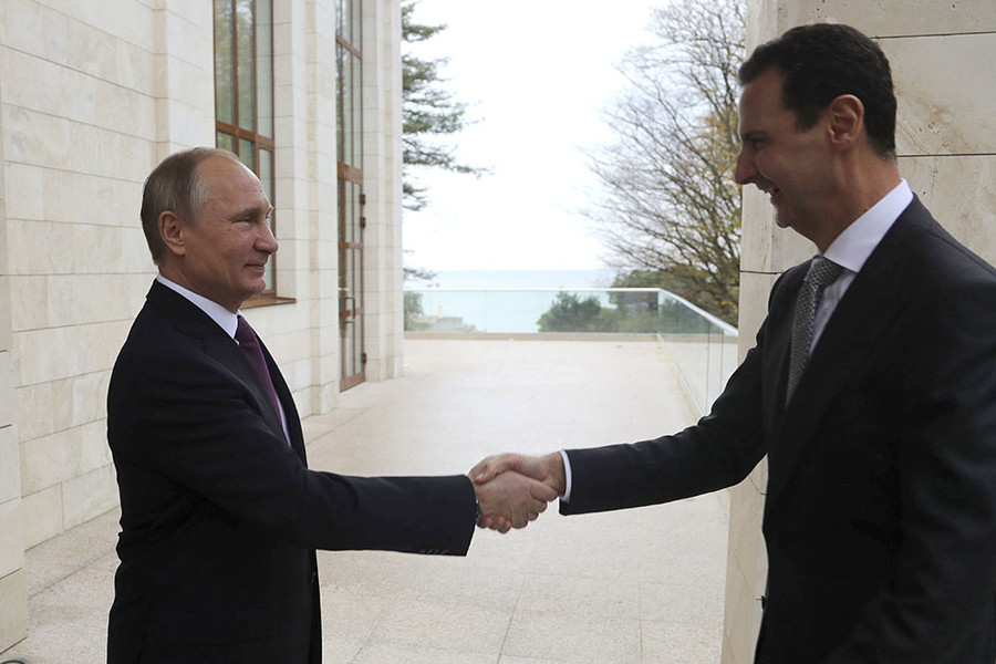 Russian President Vladimir Putin (L) welcomes Syrian President Bashar al-Assad during a meeting in the Black Sea resort of Sochi, Russia November 20, 2017. ©Mikhail Klimentyev