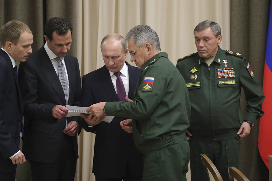 Russian President Vladimir Putin (C), Syrian President Bashar al-Assad (2nd L), Russian Defence Minister Sergei Shoigu (2nd R) and Chief of the General Staff of Russian Armed Forces Valery Gerasimov (R) attend a meeting in the Black Sea resort of Sochi, Russia November 20, 2017. © Mikhail Klimentyev