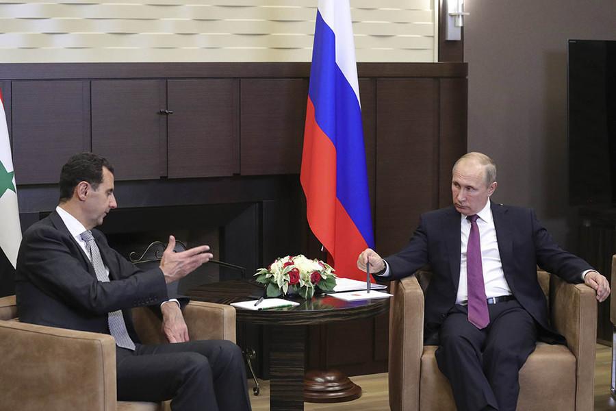 Russian President Vladimir Putin (R) meets with Syrian President Bashar al-Assad in the Black Sea resort of Sochi, Russia November 20, 2017. © Mikhail Klimentyev