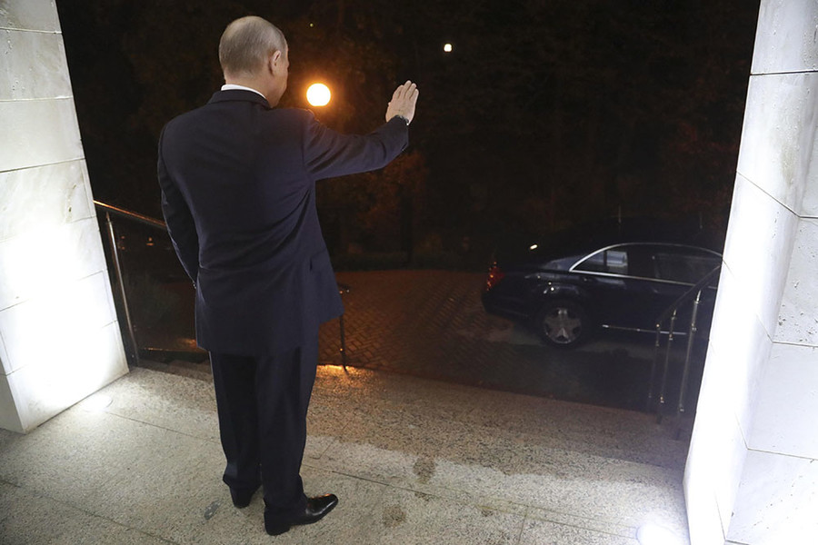 Russian President Vladimir Putin waves after a meeting with Syrian President Bashar al-Assad in the Black Sea resort of Sochi, Russia November 20, 2017. © Mikhail Klimentyev