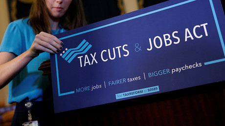 A congressional aide places a placard on a podium for the House Republican's legislation to overhaul the tax code on Capitol Hill in Washington, U.S., November 2, 2017 © Joshua Roberts