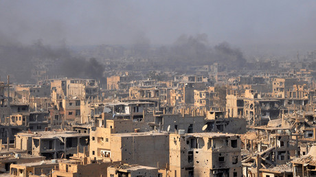 Smoke billows from the eastern Syrian city of Deir ez-Zor, November 2, 2017 © AFP