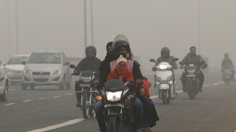 People commute on a smoggy morning in New Delhi, India, November 8, 2017 © Geoff Coyles