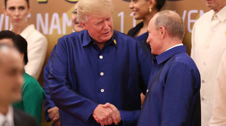 Anticipated Putin-Trump meeting realized with handshake in Vietnamese attire (VIDEO)