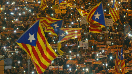 Protesters hold the lights of their mobile phones as they wave Estelada flags during a demonstration called by pro-independence associations asking for the release of jailed Catalan activists and leaders, in Barcelona, Spain, November 11, 2017 © Albert Gea