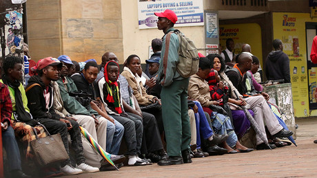 People queue to draw money outside a bank in Harare, Zimbabwe, November 15,2017 © Philimon Bulawayo