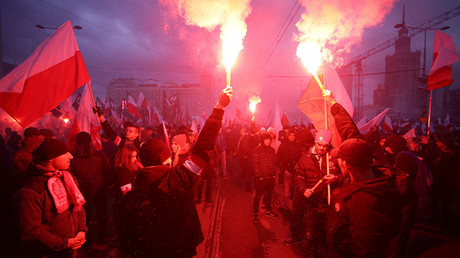 Protesters light flares and carry Polish flags during a rally, organised by far-right, nationalist groups, to mark 99th anniversary of Polish independence in Warsaw, Poland November 11, 2017 © Adam Stepien