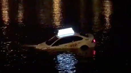 Shortest route? Taxi spotted floating in St. Petersburg canal (VIDEO)