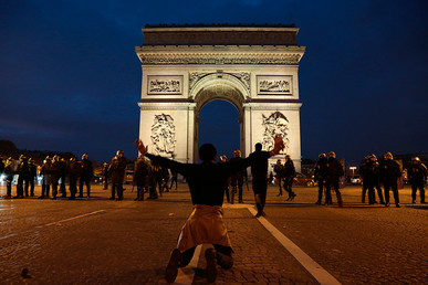 "A man gestures in front of the Arc de Triomphe during a march against ""slavery in Libya"" on the Champs-Elysees avenue in Paris on November 18, 2017 © Zakaria Abdelkafi"