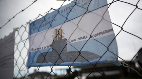 An Argentine national flag with messages in support of the 44 crew members of the ARA San Juan submarine missing at sea is seen placed on a fence at the Argentine Naval Base where it sailed from, in Mar del Plata © Marcos Brindicci