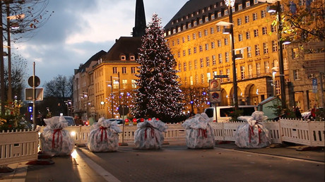 Gift-wrapped roadblocks protect German Christmas markets after last year's truck attack (VIDEO)
