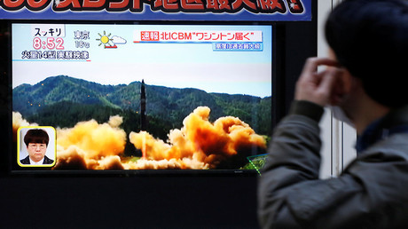 A man looks at a street monitor showing a news report about North Korea's missile launch, in Tokyo, Japan, November 29, 2017 © Toru Hanai