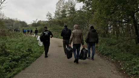 Several shot & dozens injured as 100+ migrants face off in bloody clashes in Calais