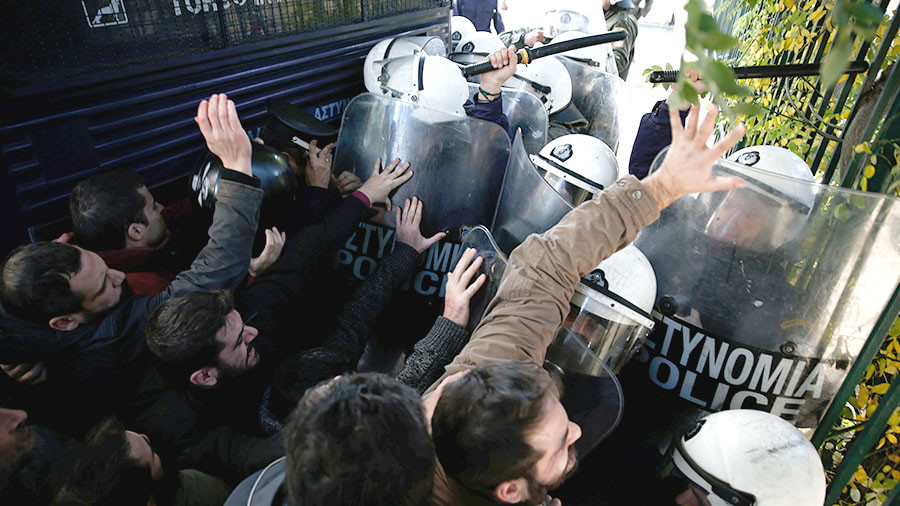 Protesters break into Greek labor ministry, clash with riot police (VIDEO)