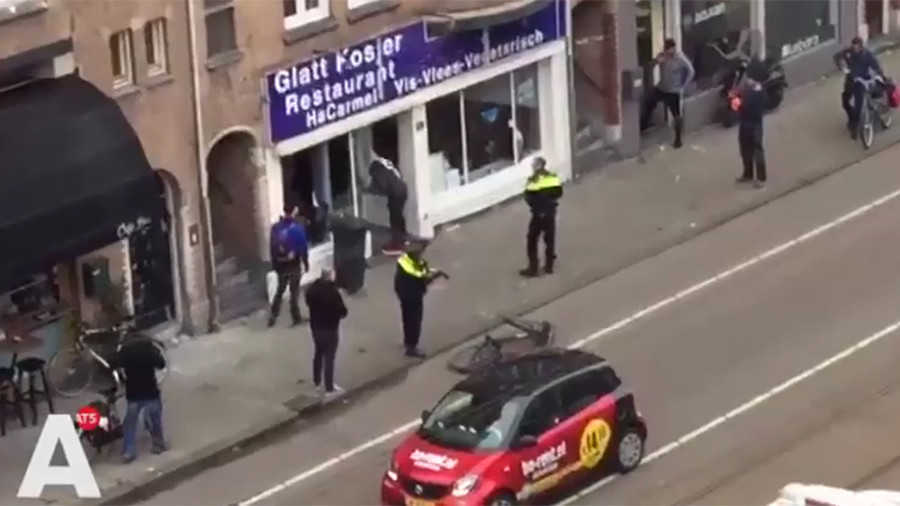Man with Palestinian flag storms Israeli restaurant in Amsterdam (VIDEO)