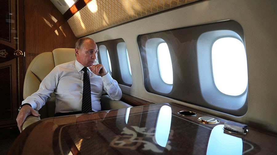 Putin watches escorting Su-30 jets from presidential plane (VIDEO)