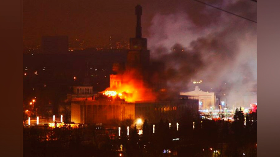 Huge blaze engulfs exhibition building in Moscow's north (PHOTO, VIDEO)