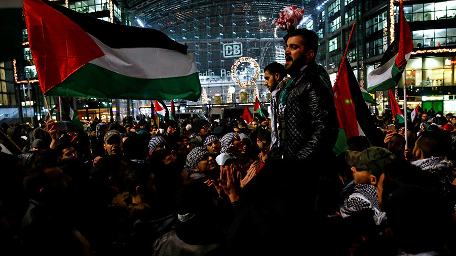 Police forbid flag burning as pro-Palestine protesters hit Berlin streets (VIDEO)