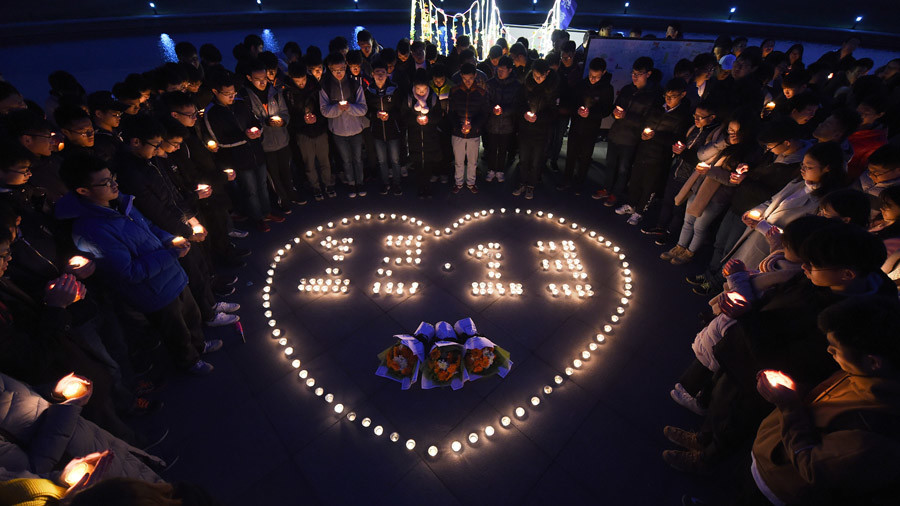 Chinese students light candles to commemorate Nanjing Massacre victims