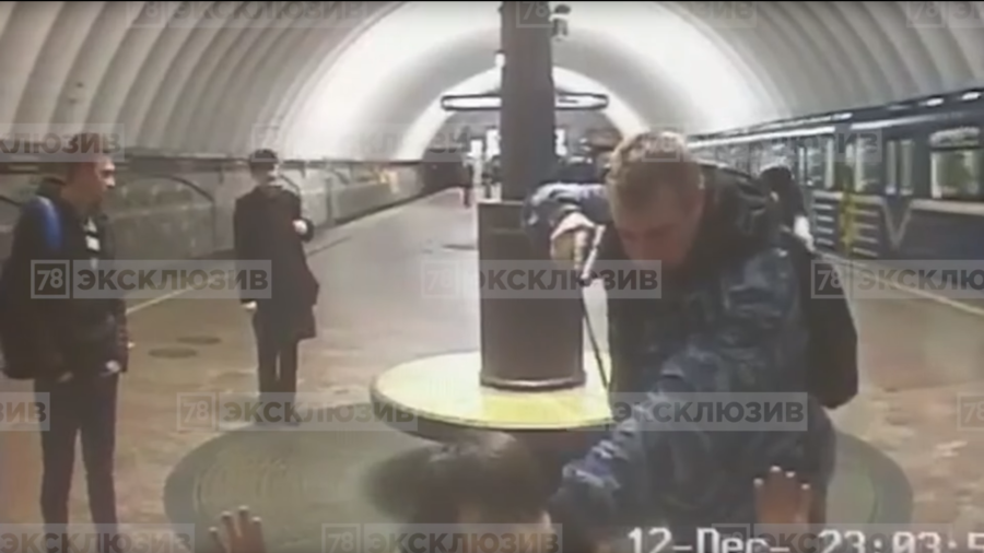 'I wasn't sober': Russian metro guard puts gun to head of 'terrorist' in middle of station (VIDEO)