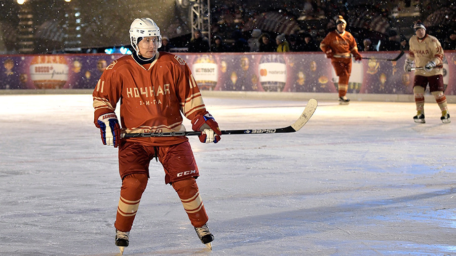 Putin shows off hockey skills on Red Square ice rink (VIDEO)